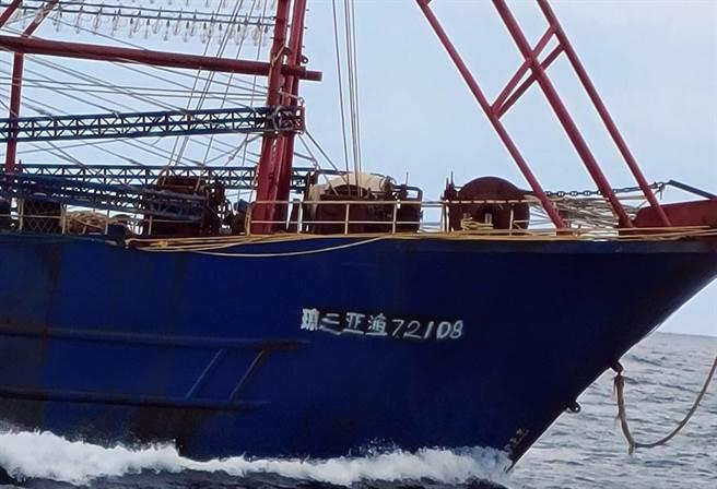 2艘大陸籍漁船進入蘭嶼海域,海巡艦艇前往驅離。(漁民提供)