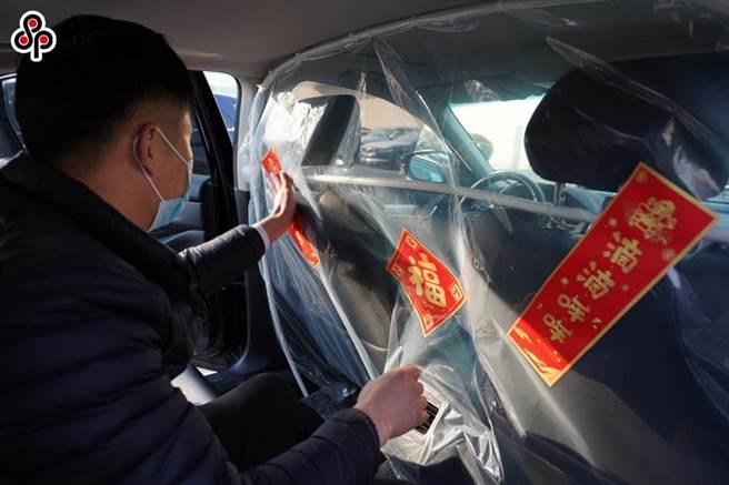 大陸《環時》批美對中又搞猛烈攻擊,美證監暫停中企IPO申請。外媒報導,大陸滴滴赴美上市後遭到中國監管部門的網路安全審查。圖為今年2月10日,老家在湖北孝感的北京滴滴專車司機在車裡貼福字。(新華社)