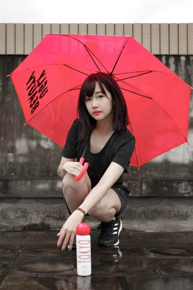 吳佳穎曬美照提醒「下雨補水,肌膚也要補水」。(圖/吳佳穎臉書)