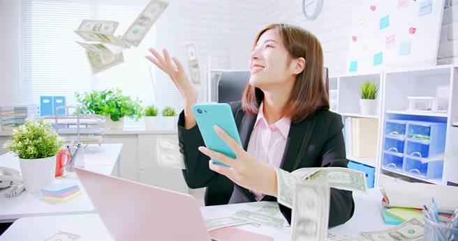 運勢命理網站「生肖運勢天天看」公布12生肖8月財運,屬鼠、龍、蛇的人有機會大賺一筆。(示意圖/shutterstock)