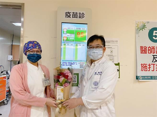 農糧署贈送花束,童敏哲總院長代表致贈感謝護理辛勞。(童醫院提供)