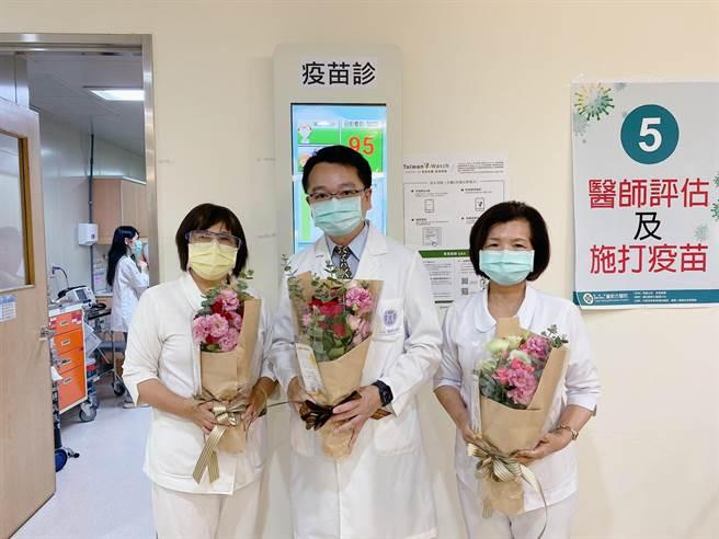 農糧署贈送花束,吳肇鑫副院長院長送花感謝。(童醫院提供)