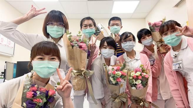 醫護收到花束,感謝各界支持。(童醫院提供)