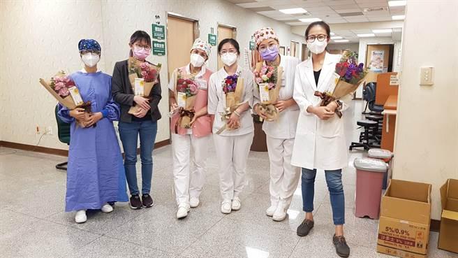 農糧署送花束慰勞施打疫苗醫護人員。(童醫院提供)