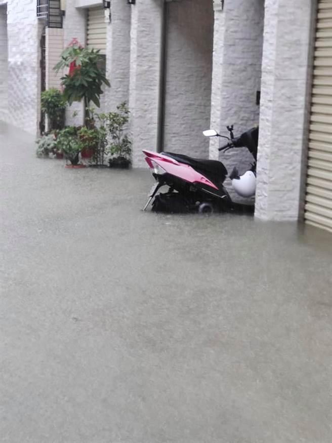高雄豪雨特報,停在路邊的機車輪胎幾乎已被水淹沒。(圖/翻攝自我是茄萣人)