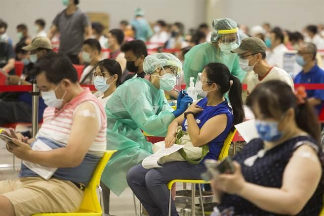 陳時中昨坦言,疫苗供貨延遲,第四輪的疫苗絕對夠,但第五輪可能會按照手中有的來打,讓不少人猜測該不會第五輪打的是高端。圖為疫苗接種戰的畫面。(杜宜諳攝)