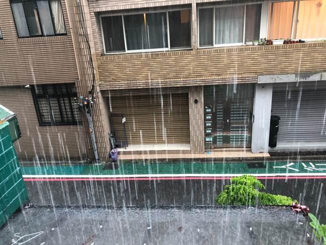 台北市中午過後下起傾盆大雨。(何立雯攝)
