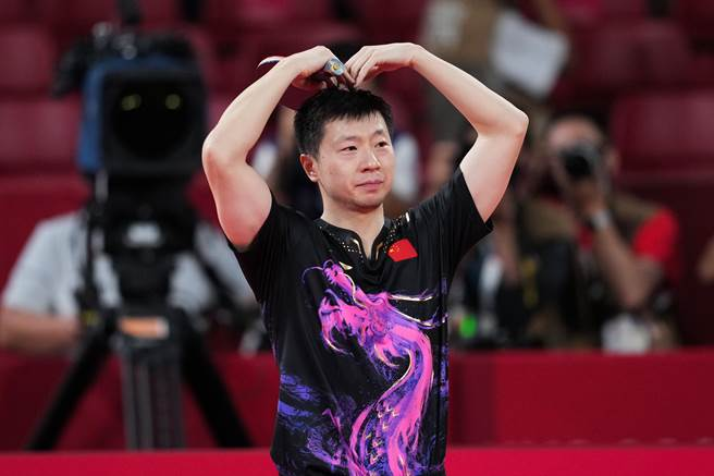 馬龍在贏得東奧男單決賽後比出愛心。(澎湃新聞)