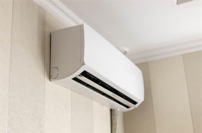屋主發現只要一開冷氣,就會聞到酸臭味,因此PO文詢問原因,才知可能是發霉了。(示意圖/達志影像)