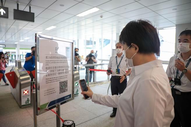台中市長盧秀燕視察台中捷運防疫措施,以手機掃描實名制QR code。(林欣儀攝)