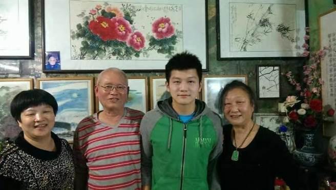 圖為樊振東母親(左一)、啟蒙教練文浩光(左二)、楊碧瑜(右一)與樊振東。(受訪者供圖)