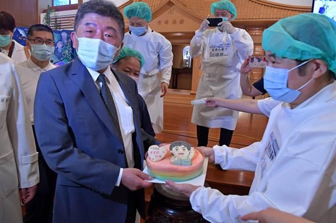 陳時中參訪靜思堂 感動接下父親節蛋糕。(愛傳媒提供)