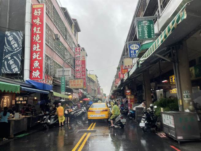 國華街31日周末因持續下雨,中午時以機車顧客外帶較多,內用仍少。(程炳璋攝)