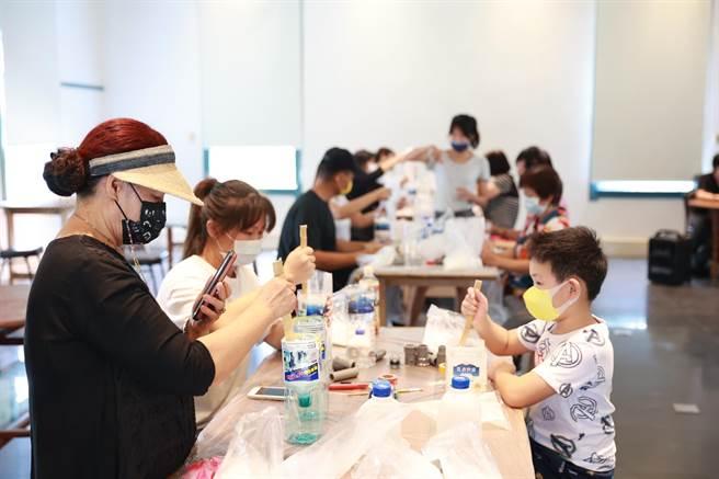 藝術家羅懿君帶領民眾以在地意象媒材創作健身器材。(雲嘉南濱海國家風景區管理處提供)
