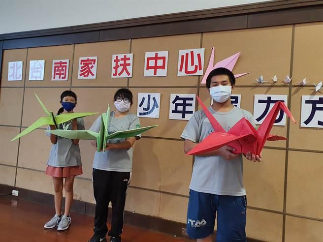 阿峻(右)教導學員們摺紙鶴,為台灣祈福加油。(劉秀芬攝)