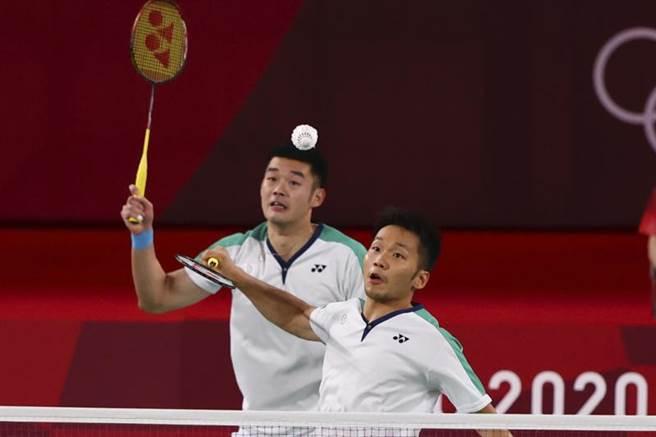 李洋(右)、王齊麟在東奧羽球男雙金牌戰對決大陸雙塔。(路透)