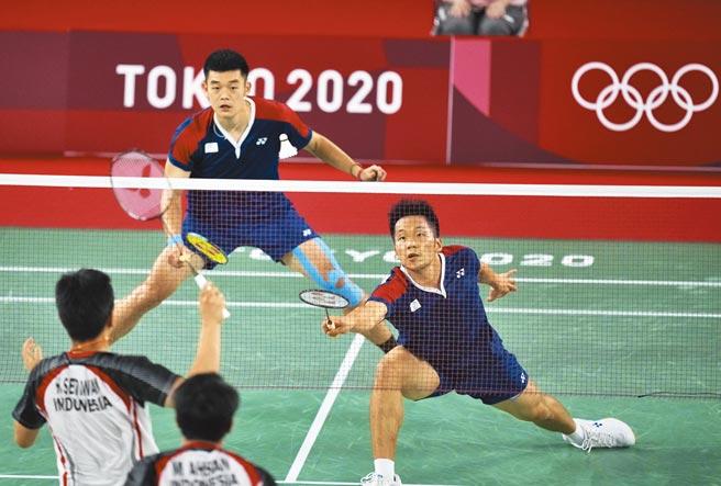 中華羽球隊李洋(右)與王齊麟(左)昨在東京奧運羽球男雙4強賽中,以不到半小時時間,直落二擊敗印尼「大賽魔王」組合,闖進今晚的金牌戰。(美聯社)