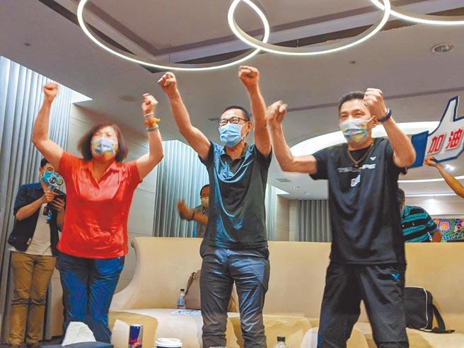 「羽球天后」戴資穎收下東京奧運羽球女單4強門票,觀戰的親友團振臂歡呼,圖中為戴爸戴楠凱。(曹明正攝)