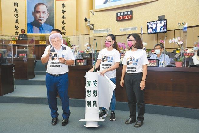國民黨台南市議員蔡育輝(左一)在議會演出諷刺短劇,中為李中岑、右為蔡淑惠。(程炳璋攝)