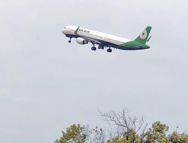 國內航線機票悄悄上漲,離島鄉親質疑民航局和航空公司趁「疫」打劫。(李金生攝)