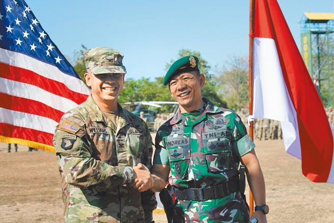 外媒報導,印尼與美國8月1日起將在蘇門答臘、蘇拉威西與加里曼丹島舉行為期兩週的「嘉魯達之盾」(Garuda Shield)聯合軍事演習,將有約4500名官兵參與,是兩國規模最大的聯合演習。(摘自Garuda Shield 臉書)