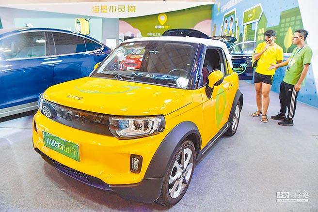 中共中央政治局部署下半年經濟工作,要求支持新能源汽車加快發展,加快解決供應鏈「卡脖子」難題等。圖為新能源汽車展展示車輛。(中新社)