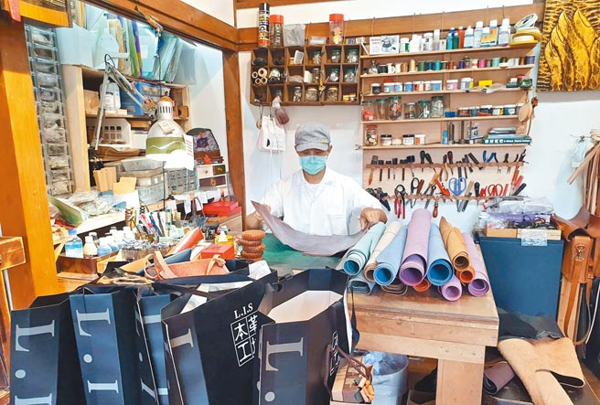 屏東縣勝利星村店家在疫情期間透過直播銷售商品,但仍期待微解封後能迎接顧客上門。(林和生攝)