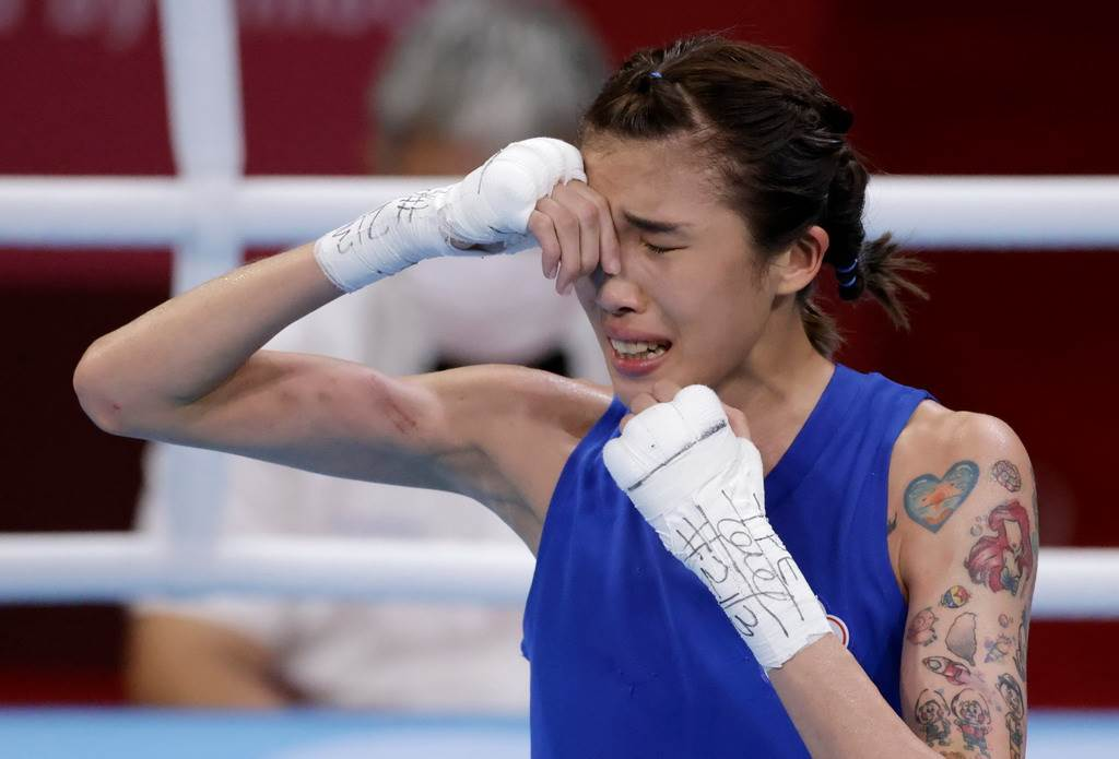 當確定闖進4強,黃筱雯在擂台上興奮落淚。(路透)