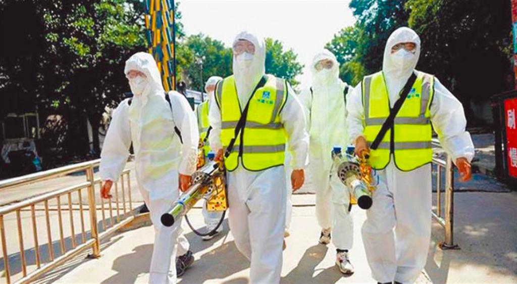 鄭州又發現多起疑似新冠病例,許多社區展開消毒作業。(新華社)