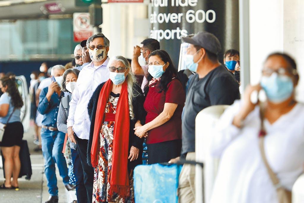 鑒於新冠感染和住院人數持續增加,美國加州洛杉磯郡日前恢復室內公共場所戴口罩的強制規定。圖為7月18日洛杉磯國際機場旅客佩戴口罩的場景。(新華社)
