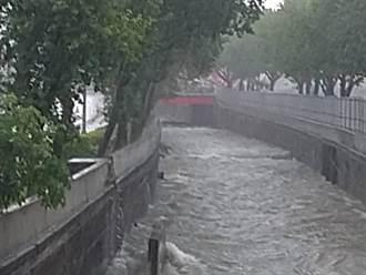 豪雨來襲 台中環中路、公益路口積水 警急封閉慢車道