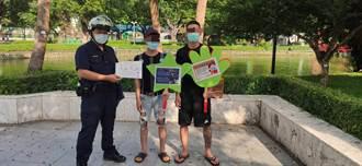 防外籍朋友太放鬆 中市警二分局到台中公園宣導防疫