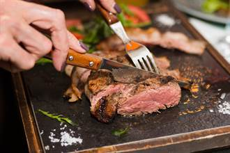 吃慶生大餐驚見牛排縮水 他拿秤一量服務生尷尬了