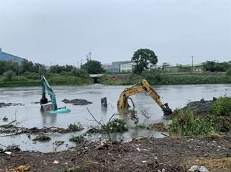 東螺溪暴漲吞噬河床 彰化兩台怪手遭洪水滅頂