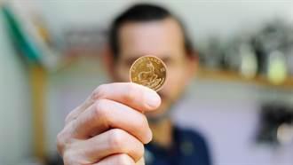 他用金屬探測器賺零用錢 竟在後花園挖出780萬千年金幣