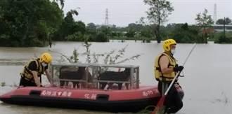 私人狗場淹水 南市府動保處、警消冒雨搶救48隻狗