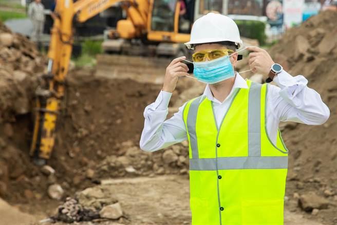 一名工地工人2個月賺了16.7萬,但出勤數引發網友熱議。(示意圖/shutterstock)