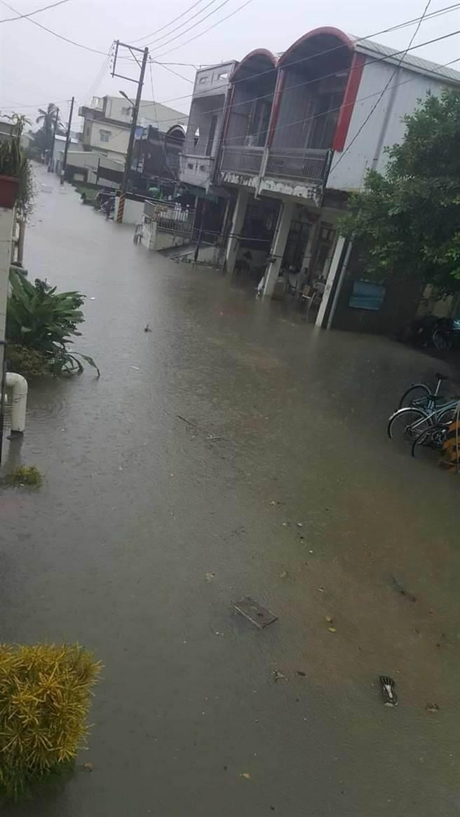 豪雨導致排水不及,佳冬鄉已有多處淹水。(翻攝臉書佳冬廣播讚)
