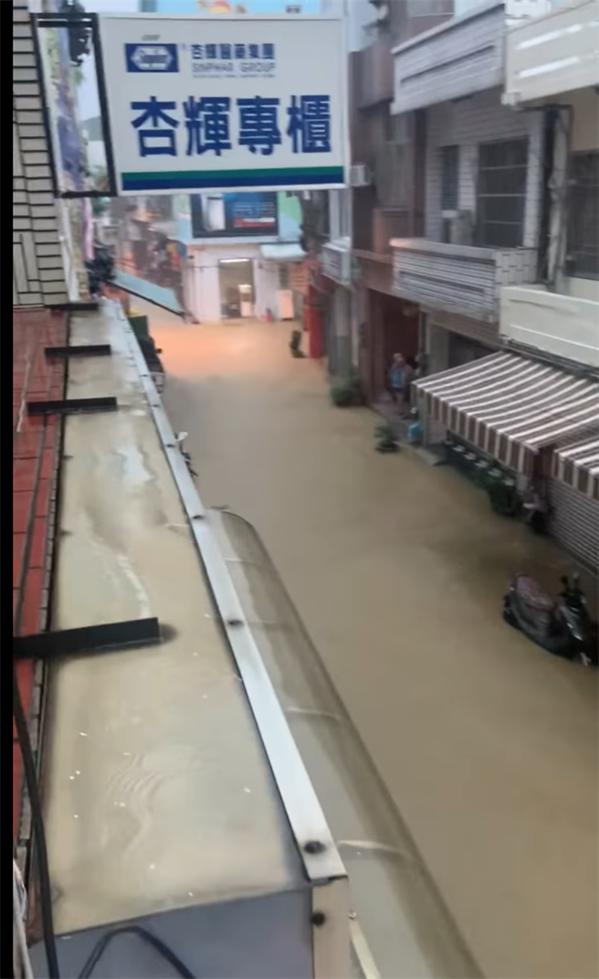 小琉球街道變小河,看不見盡頭。(翻攝自潘孟安臉書)