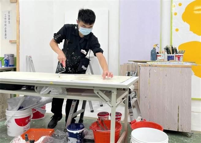 瑞芳高工徐浩軒拿下漆作裝潢銀牌。(新北市教育局提供)