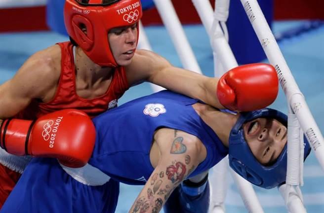 台灣拳擊女將黃筱雯(右)後仰閃避對手的攻擊。(路透)