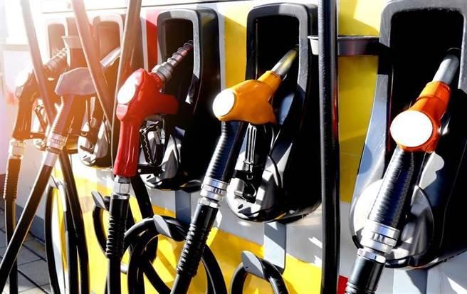 2日凌晨零時起汽油價格調漲0.3元、柴油不調整。(示意圖/達志影像/Shutterstock提供)