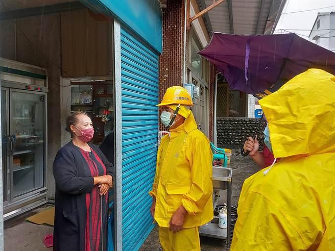 西南氣流造成高雄豪雨不斷,山區也發布多條土石流紅、黃色警戒,桃源區公所已陸續撤離民眾。(中央社提供)