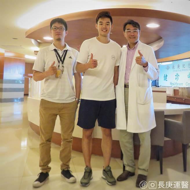 圖為2019年運動防護師張家維(左)、林瀛洲醫師(右)與王齊麟選手(中)合影。(圖/長庚運動醫學提供)