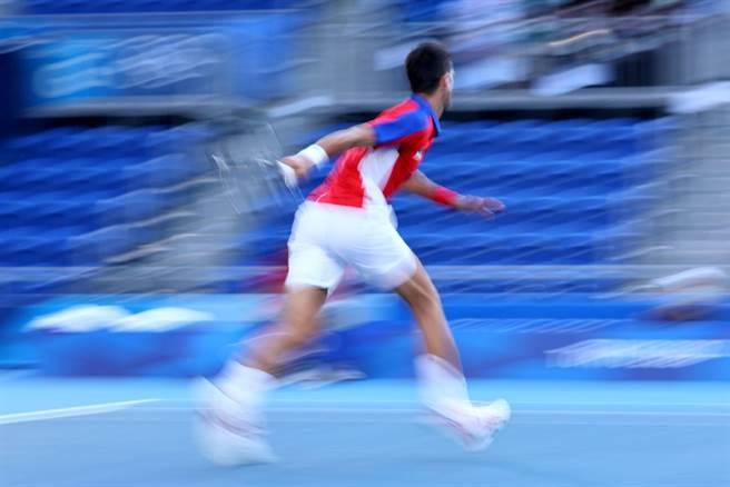 球王喬柯維奇以鏈球的動作將球拍甩到觀眾席,動感十足。(路透)