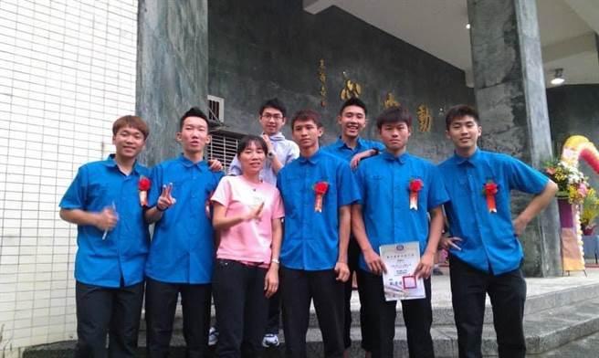 李洋(左一)高中畢業典禮時,與師母、體育組長楊燕萍的合照。(基隆高中提供/陳彩玲基隆傳真)