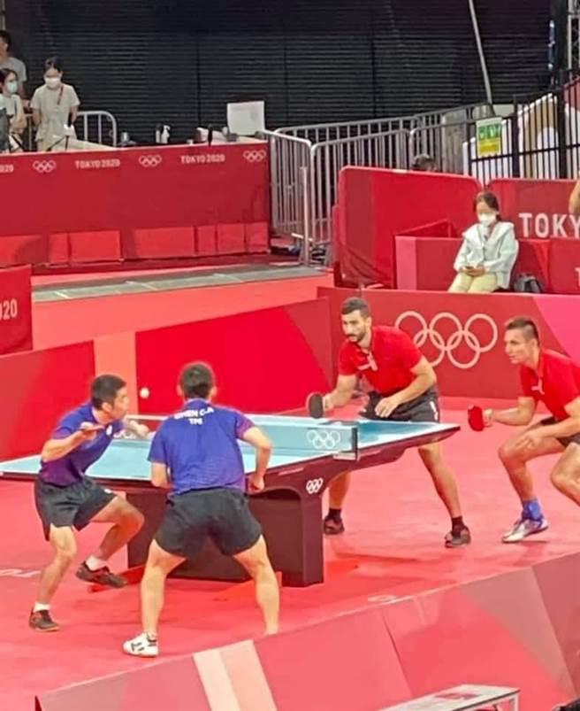 桌球男團進八強,謝長廷:林昀儒坐場內為莊智淵加油。取自謝長廷臉書