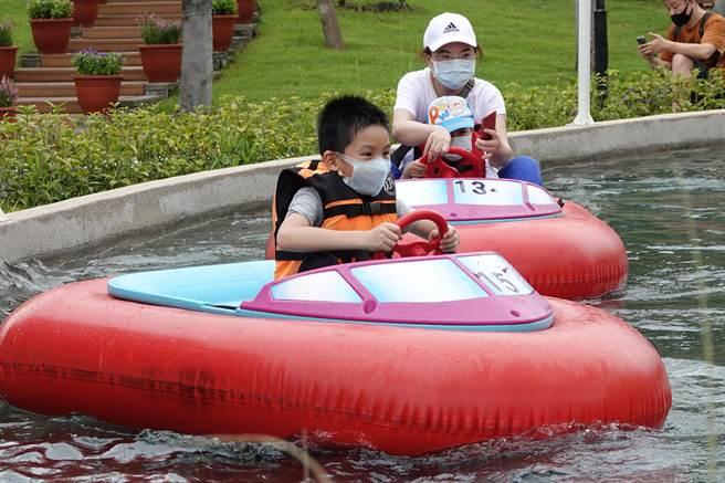 台北市立兒童新樂園1日起有條件開放,睽違兩個多月再現大小朋友的歡笑聲。(黃世麒攝)