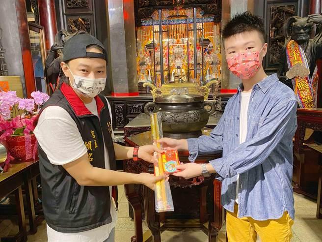 賴銘偉(左)新歌邀15歲天才導演掌鏡。(星光娛樂提供)