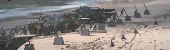 張競評:灘岸水際線,假若未受制於阻絕障礙物,甲車卻停止前進,相當違背戰鬥基本原則。(圖/影片截圖)